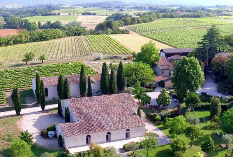 Vue aérienne du Château Turcan, domaine viticole Luberon